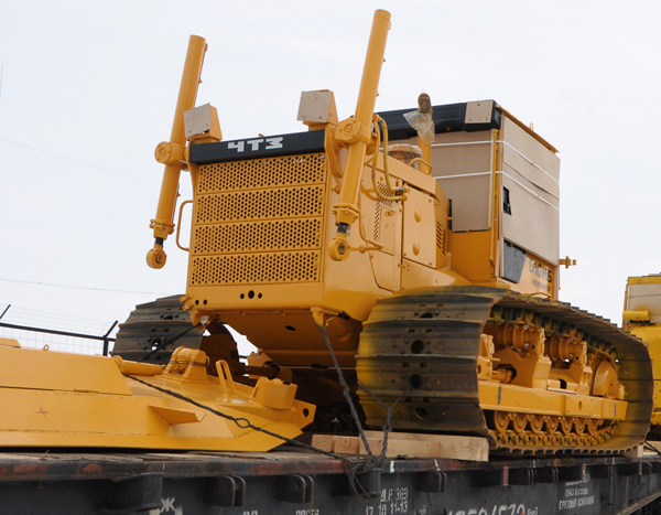 Омский совхоз купил трактор ЧТЗ с гидромеханической трансмиссией для тракториста-ветерана