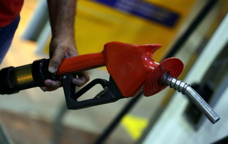 Нефть падает на фоне сильного доллара, высоких нефтяных запасов и снижения китайского импорта