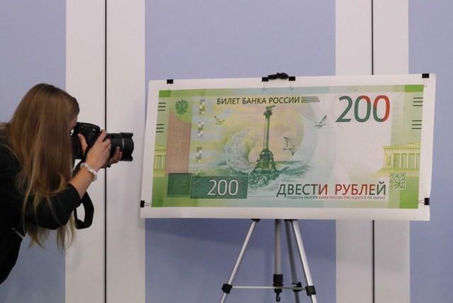 Банкам запретили пользоваться российскими деньгами с Крымом
