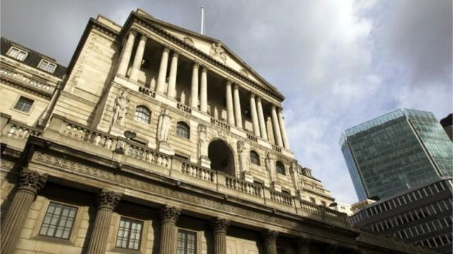 Банк Англии впервые за 10 лет повышает ставку