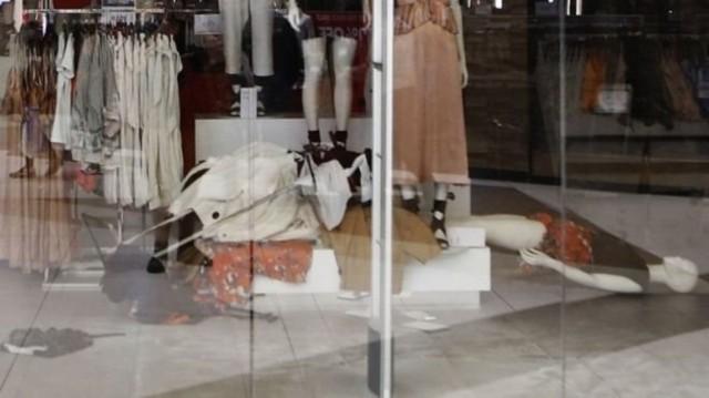 """В ЮАР громили магазины H & M за """"расистскую"""" рекламу"""