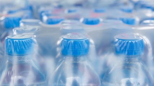 Почти во всей воде в бутылках обнаружили частицы пластика - исследование