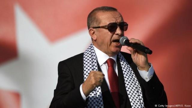 Эрдоган призвал турок поддержать лиру, поменяв евро и доллары