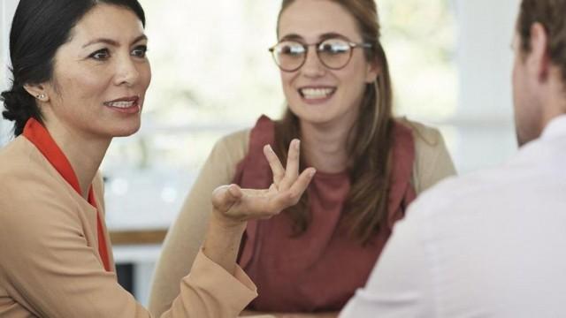 Почему в современных женщин меняется тембр голоса?
