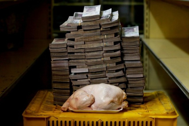 Три миллиона за кило моркови: что можно купить за деньги в Венесуэле?