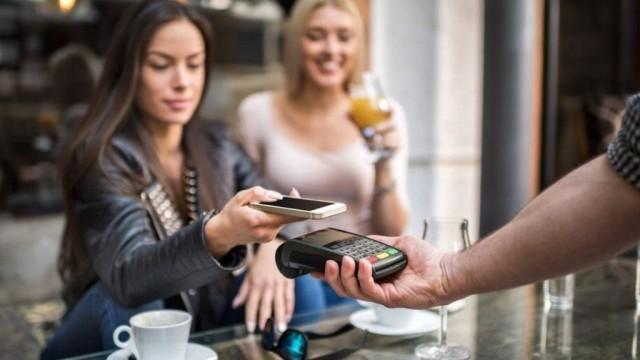 В Британии хотят запретить ресторанам забирать у официантов часть чаевых