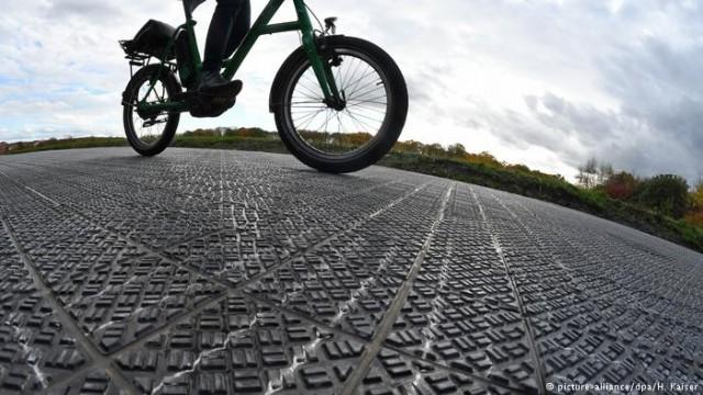 Велодорожка из солнечных батарей: впервые в Германии (видео)