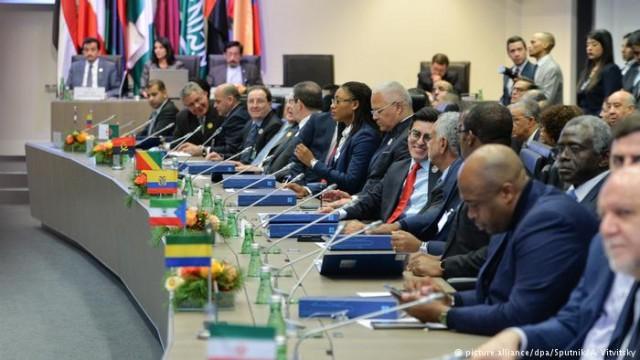 Страны ОПЕК и РФ договорились сократить добычу нефти