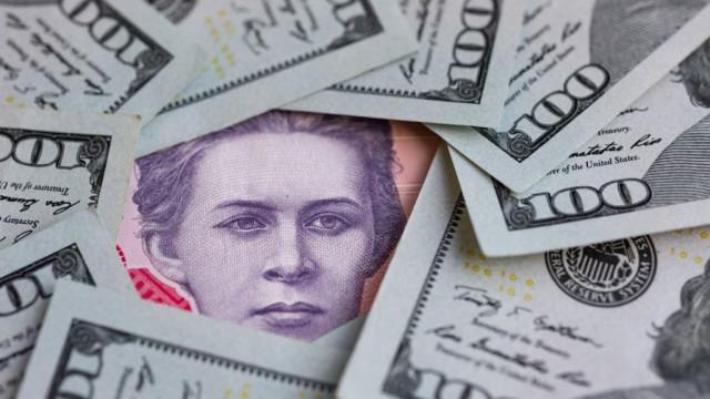 Почему курс доллара падает, а цены - нет. Объясняем коротко