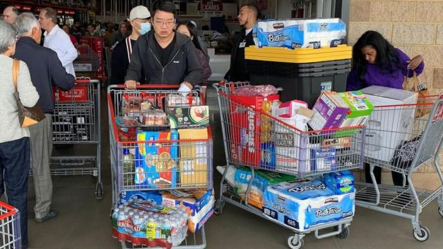 Коронавирус: почему люди опустошают магазины