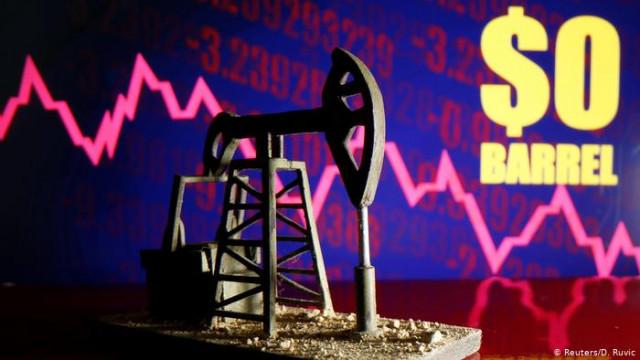 Свободное падение: исторический обвал цен на нефть продолжается