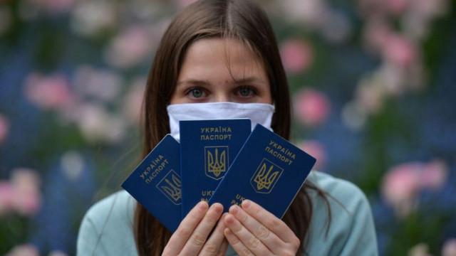 """""""Очень трудно выжить"""". Почему украинцы массово рвутся на работу за границу"""
