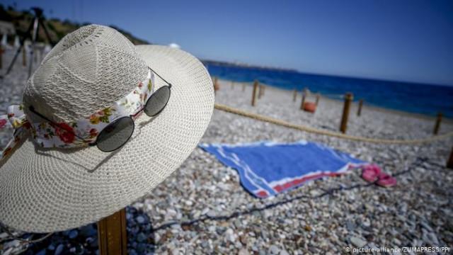 На пляже с дезинфектором Турция готовится принимать туристов из Украины (видео)